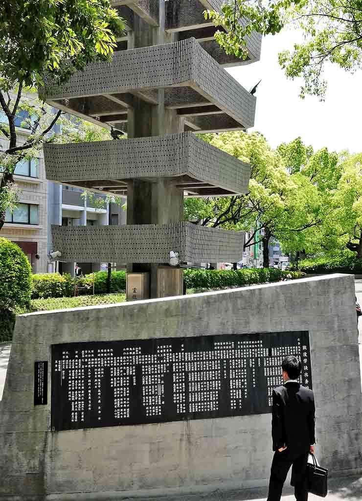 Recueillement devant une stèle des victimes d'Hiroshima