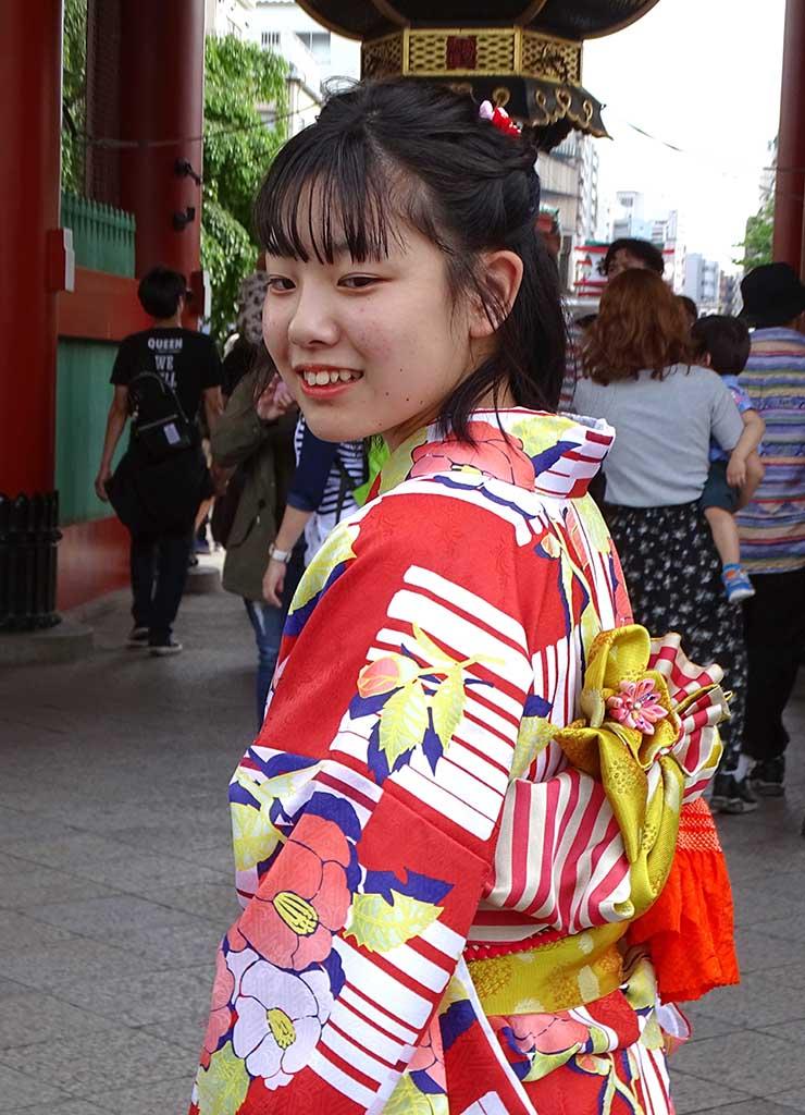 Jeune japonaise en habit traditionnel