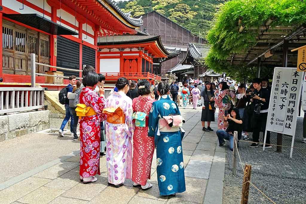 Japonaises en habit traditionnel au temple Kiyomizu-Dera