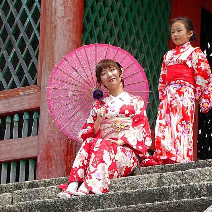Japon Kyoto maman et sa fille en tenues traditionnelles