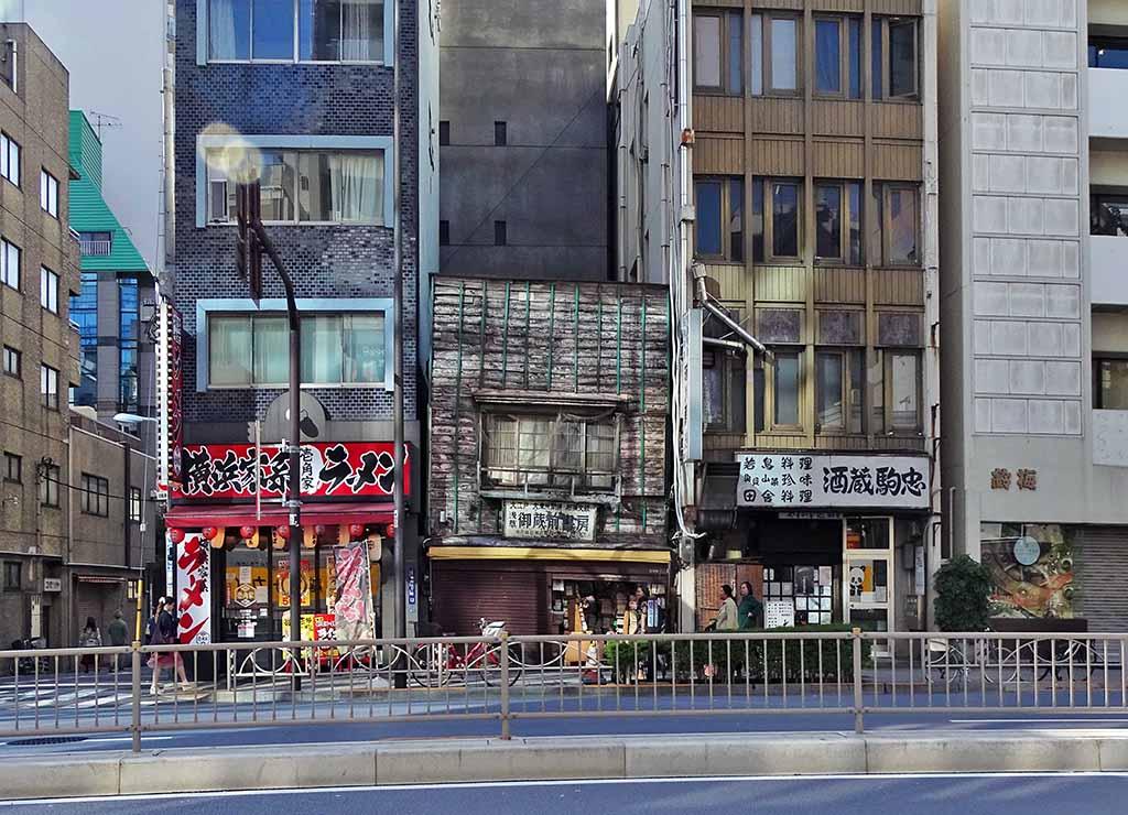 Tokyo maison ancienne au milieu des buildings